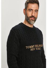 TOMMY HILFIGER - Tommy Hilfiger - Sweter. Okazja: na co dzień. Kolor: niebieski. Długość rękawa: długi rękaw. Długość: długie. Wzór: ze splotem, aplikacja. Styl: casual