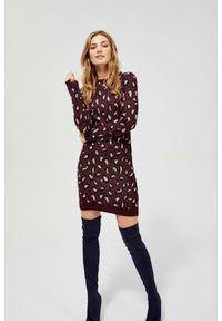 MOODO - Sukienka swetrowa w cętki. Okazja: do pracy, na co dzień. Materiał: wiskoza, dzianina, akryl. Wzór: motyw zwierzęcy, nadruk. Typ sukienki: proste. Styl: casual