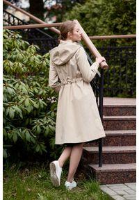 Marie Zélie - Parka Linda bawełna z elastanem beż piaskowy. Kolor: beżowy. Materiał: bawełna, elastan. Długość: długie. Sezon: lato