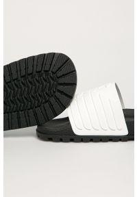 Emporio Armani - Klapki. Kolor: biały. Materiał: guma. Obcas: na obcasie. Wysokość obcasa: niski