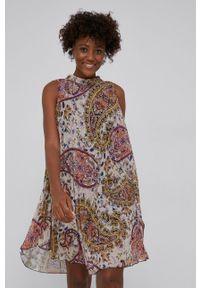 Answear Lab - Sukienka. Typ kołnierza: dekolt halter. Kolor: beżowy. Materiał: tkanina, dzianina. Typ sukienki: plisowane, rozkloszowane. Styl: wakacyjny
