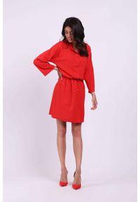 Nommo - Czerwona Krótka Rozkloszowana Koszulowa Sukienka w Print. Kolor: czerwony. Materiał: wiskoza, poliester. Wzór: nadruk. Typ sukienki: koszulowe. Długość: mini