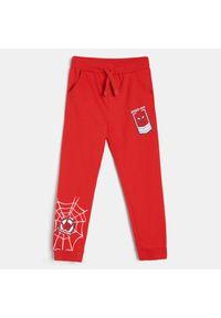 Czerwone jeansy Sinsay z motywem z bajki