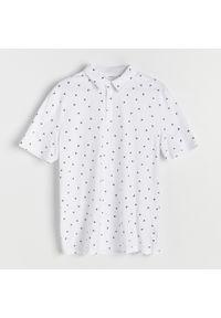 Reserved - Koszulka polo z mikroprintem w jaskółki - Biały. Typ kołnierza: polo. Kolor: biały