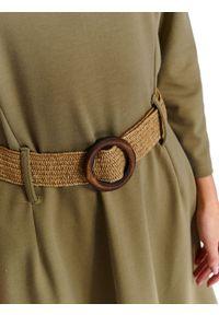 TOP SECRET - Dzianinowa sukienka fit & flare z plecionym paskiem. Okazja: do pracy. Kolor: brązowy. Materiał: dzianina. Długość rękawa: długi rękaw. Sezon: wiosna. Długość: midi