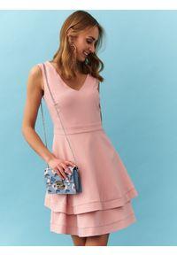 Różowa sukienka TOP SECRET z podwójnym kołnierzykiem, koszulowa