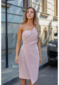 MOE - Pudrowa Wieczorowa Asymetryczna Sukienka z Odkrytymi Ramionami. Materiał: poliester, elastan. Typ sukienki: asymetryczne, z odkrytymi ramionami. Styl: wizytowy