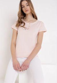 Born2be - Jasnoróżowy T-shirt Oranore. Kolor: różowy