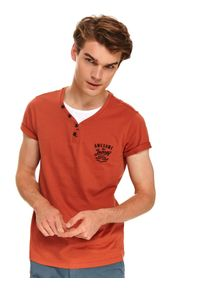 TOP SECRET - T-shirt z guzikami. Kolor: czerwony. Materiał: materiał. Długość rękawa: krótki rękaw. Długość: krótkie. Wzór: nadruk. Sezon: lato