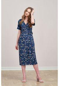 Marie Zélie - Sukienka Irmina Fermata. Materiał: wiskoza, materiał, tkanina, skóra, poliester. Długość rękawa: krótki rękaw. Wzór: napisy. Typ sukienki: proste, kopertowe