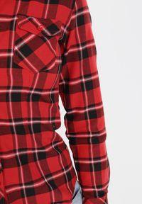 Born2be - Czarno-Czerwona Koszula Bathiphis. Kolor: czarny. Materiał: jeans. Długość rękawa: długi rękaw. Długość: długie. Styl: klasyczny