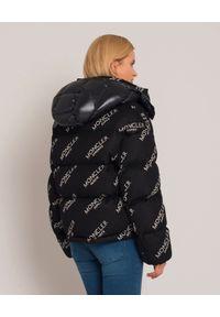 MONCLER - Czarna kurtka puchowa. Kolor: czarny. Materiał: puch. Wzór: aplikacja. Sezon: zima