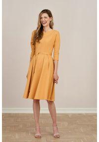 Marie Zélie - Sukienka Anastazja miodowa. Kolor: pomarańczowy. Materiał: bawełna, dzianina, materiał, elastan, skóra. Typ sukienki: rozkloszowane. Styl: klasyczny