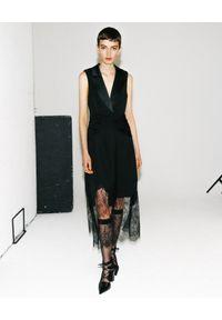 SELF PORTRAIT - Sukienka z koronką. Typ kołnierza: dekolt w kształcie V. Kolor: czarny. Materiał: koronka. Wzór: koronka. Typ sukienki: asymetryczne, kopertowe. Styl: elegancki. Długość: midi