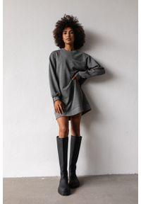 Marsala - Długa bluza o kroju oversize z kieszonką w kolorze DEEP GREY MELANGE - BRESSO BY MARSALA. Okazja: na co dzień. Materiał: bawełna, dresówka, dzianina, jeans. Długość: długie. Wzór: gładki. Styl: sportowy, elegancki, casual