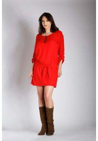 Nommo - Czerwona Nowoczesna Sukienka z Zamkiem przy Dekolcie PLUS SIZE. Kolekcja: plus size. Kolor: czerwony. Materiał: wiskoza, poliester. Typ sukienki: dla puszystych