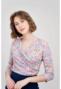 Marie Zélie - Bluzka Estera Isara szarobłękitna z różem. Okazja: na co dzień. Typ kołnierza: dekolt kopertowy. Kolor: niebieski, różowy, wielokolorowy. Materiał: wiskoza, dzianina, materiał, elastan. Styl: elegancki, casual