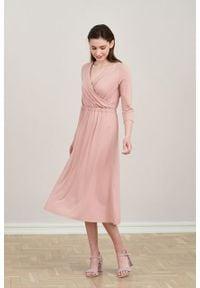 Marie Zélie - Sukienka Rita mglisty róż. Typ kołnierza: dekolt kopertowy. Kolor: różowy. Materiał: materiał, dzianina, tkanina, elastan, wiskoza. Długość rękawa: krótki rękaw. Sezon: jesień. Typ sukienki: proste, kopertowe