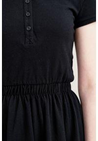 Marie Zélie - Sukienka Polo z gumką czarna krótki rękaw. Okazja: do pracy, na co dzień. Typ kołnierza: polo. Kolor: czarny. Materiał: dzianina, bawełna, materiał. Długość rękawa: krótki rękaw. Typ sukienki: proste, sportowe. Styl: klasyczny, wakacyjny, casual, sportowy