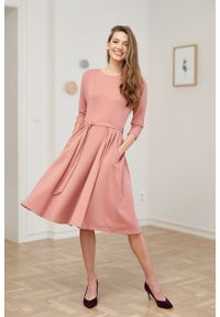 Marie Zélie - Sukienka Anastazja pudrowy róż. Kolor: różowy. Materiał: dzianina, materiał, skóra, bawełna, elastan. Typ sukienki: rozkloszowane. Styl: klasyczny