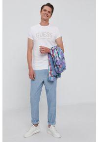 Guess - T-shirt. Okazja: na co dzień. Kolor: biały. Materiał: bawełna, dzianina. Wzór: nadruk. Styl: casual