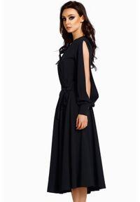 Lemoniade - Elegancka zwiewna rozkloszowana sukienka z rozciętymi rękawami. Typ kołnierza: dekolt kopertowy. Materiał: elastan. Typ sukienki: kopertowe. Styl: elegancki