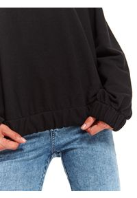 TOP SECRET - Bluza damska z okrągłym dekoltem. Okazja: na co dzień. Kolor: czarny. Materiał: żakard. Długość rękawa: długi rękaw. Długość: długie. Wzór: napisy. Sezon: jesień. Styl: casual