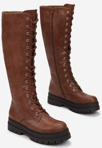 Renee - Camelowe Kozaki Cilliopis. Wysokość cholewki: przed kolano. Nosek buta: okrągły. Zapięcie: zamek. Szerokość cholewki: normalna