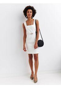 Biała sukienka TOP SECRET na ramiączkach, elegancka, w kolorowe wzory