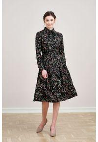 Marie Zélie - Sukienka Leandra Edera czarna. Typ kołnierza: kokarda. Kolor: czarny. Materiał: bawełna, wiskoza, tkanina, materiał. Długość rękawa: długi rękaw