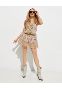 GADO GADO - Bawełniana sukienka z haftem. Okazja: na co dzień. Kolor: beżowy. Materiał: bawełna. Wzór: haft. Typ sukienki: z odkrytymi ramionami. Styl: casual. Długość: mini
