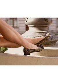 Zapato - kolorowe baleriny w szpic - skóra naturalna - model 045 - kolor złota mozaika. Zapięcie: bez zapięcia. Kolor: złoty. Materiał: skóra. Wzór: kolorowy. Obcas: na obcasie. Styl: klasyczny. Wysokość obcasa: średni