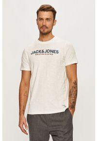 Biały t-shirt Jack & Jones z okrągłym kołnierzem, casualowy, z nadrukiem, na co dzień