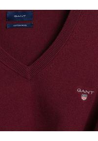 GANT - Bordowy sweter z wełną. Typ kołnierza: dekolt w serek. Kolor: czerwony. Materiał: wełna. Długość rękawa: długi rękaw. Długość: długie. Wzór: haft. Sezon: jesień, zima