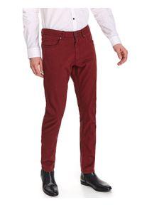 TOP SECRET - Spodnie z fakturą slim fit. Okazja: do pracy, na co dzień. Kolor: czerwony. Sezon: wiosna. Styl: elegancki, casual