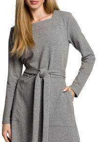 MOE - Dresowa maxi sukienka z paskiem duże kieszenie. Materiał: dresówka. Długość: maxi