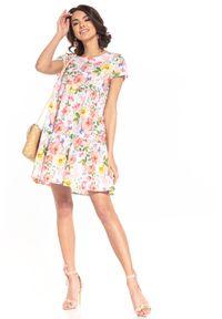 Tessita - Wzorzysta Mini Sukienka z Falbanką - Wielokolorowe Kwiaty. Kolor: wielokolorowy. Materiał: bawełna. Wzór: kwiaty. Długość: mini