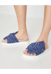 Inuikii - INUIKII - Niebieskie klapki z wiązaniem. Okazja: na co dzień. Kolor: niebieski. Materiał: jeans, len, materiał, tkanina, zamsz, guma. Wzór: aplikacja. Obcas: na szpilce. Styl: wakacyjny, casual