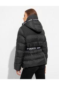 Pinko - PINKO - Czarna kurtka z logowanym paskiem. Kolor: czarny. Materiał: materiał