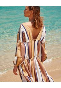 BY CABO - Sukienka w pasy Mykonos. Typ kołnierza: dekolt na plecach. Kolor: brązowy. Materiał: len, wiskoza. Długość rękawa: długi rękaw. Styl: wakacyjny. Długość: midi