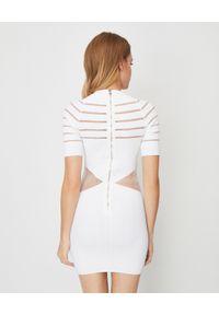 Balmain - BALMAIN - Biała sukienka z guzikami. Kolor: biały. Materiał: tkanina, materiał. Wzór: aplikacja. Typ sukienki: dopasowane. Długość: mini