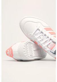 Białe buty sportowe adidas Originals z okrągłym noskiem, z cholewką, na sznurówki