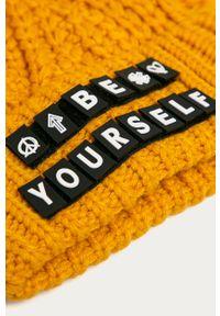 Żółta czapka Desigual z aplikacjami
