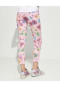Versace Jeans Couture - VERSACE JEANS COUTURE - Różowe jeansy z nadrukami. Okazja: na co dzień. Stan: podwyższony. Kolor: różowy, fioletowy, wielokolorowy. Wzór: nadruk. Styl: elegancki, sportowy, casual