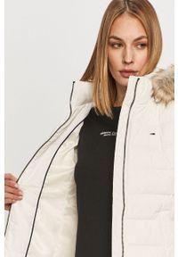 Biała kurtka Tommy Jeans z kapturem