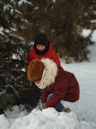 dzieci bawiące się w śniegu