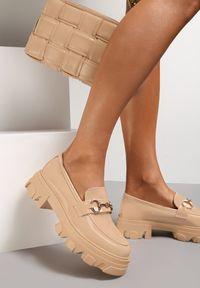 Renee - Beżowe Mokasyny Eunameia. Nosek buta: okrągły. Zapięcie: bez zapięcia. Kolor: beżowy. Materiał: lakier. Obcas: na platformie