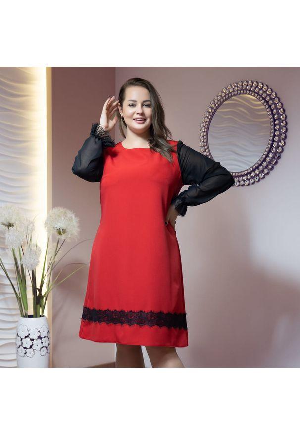 Moda Size Plus Iwanek - Elegancka czerwona sukienka Aida z szyfonowym rękawem XXL OVERSIZE JESIEŃ. Kolor: czerwony. Materiał: szyfon. Wzór: koronka. Sezon: jesień. Typ sukienki: oversize. Styl: elegancki