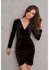 e-margeritka - Sukienka welurowa kopertowa mini czarna - 40. Kolor: czarny. Materiał: welur. Typ sukienki: kopertowe. Styl: elegancki. Długość: mini