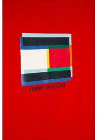 Czerwony t-shirt TOMMY HILFIGER na co dzień, z nadrukiem, casualowy